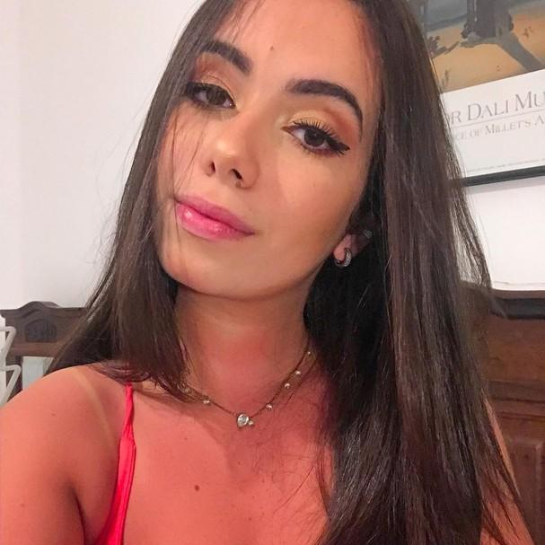 Garota bomba nas redes sociais por se parecer com Anitta